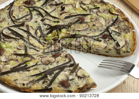 Omelette with sea spaghetti, mushrooms and spring onions
