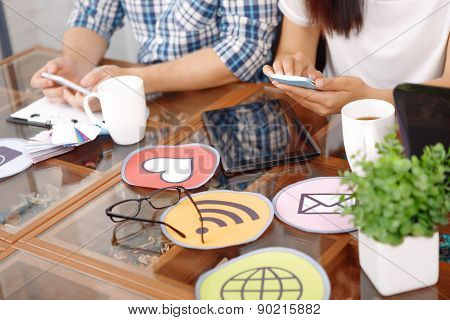 Table with icons and devises