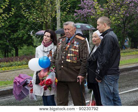 Donetsk - May, 9, 2015: Residents Of Donetsk Photographed Sovmesstno Veteran Of World War Ii