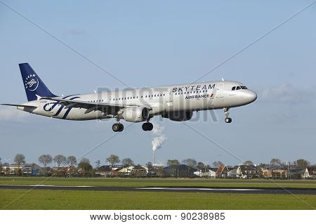 Amsterdam Airport Schiphol - A321 Of Air France (skyteam Livery) Lands