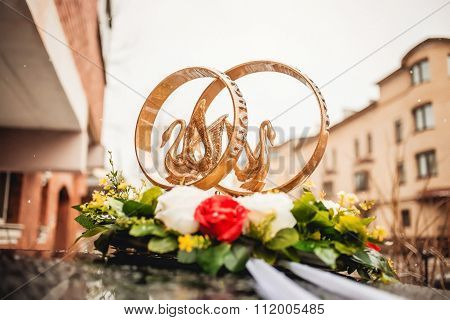 Gold rings ornament of the wedding car