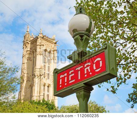 Paris Metropolitain sign agains the sky