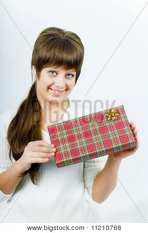 Jovem mulher com um presente