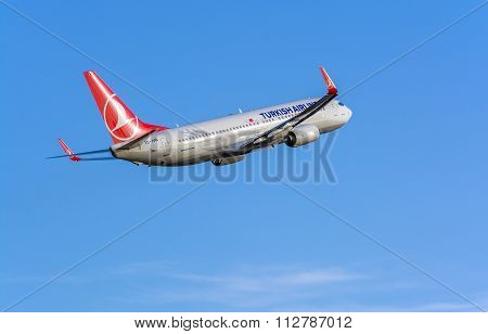 Turkish Airlines Boeing 737-800 leaving Riga International Airport Latvia