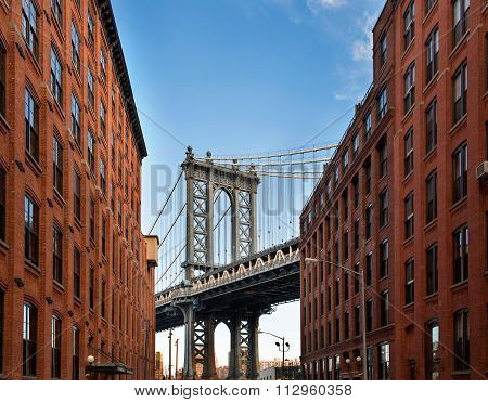 Manhattan Bridge from an alley