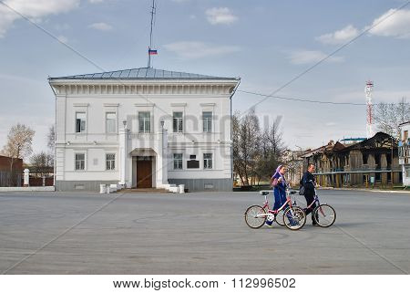 Cyclists conduct bicycles against administration
