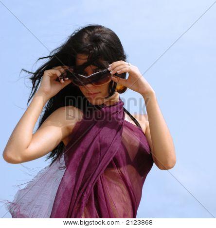 Chica morena usando gafas de sol