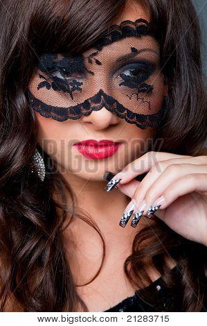 Morena atractiva con mascara da ojos
