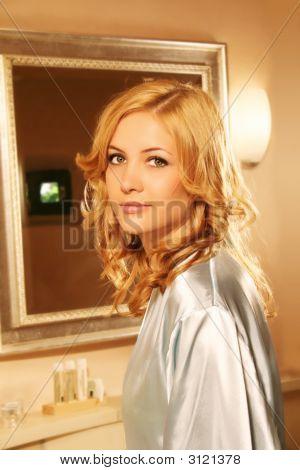 Eine Frau steht In ihr Bad vor einem Spiegel