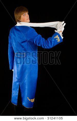 Prestidigitador en frac con pañuelo para el cuello.