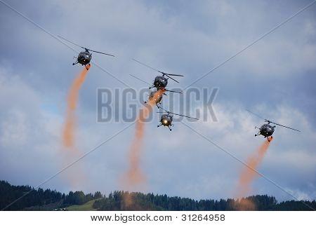 helicópteros com névoa vermelha