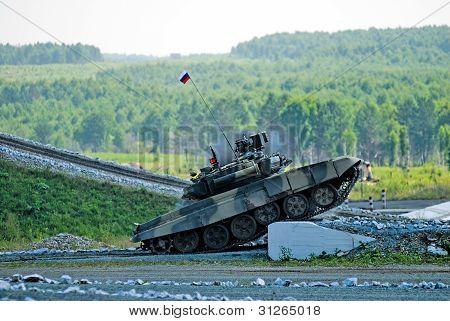 Tank T-80 shoots sideward