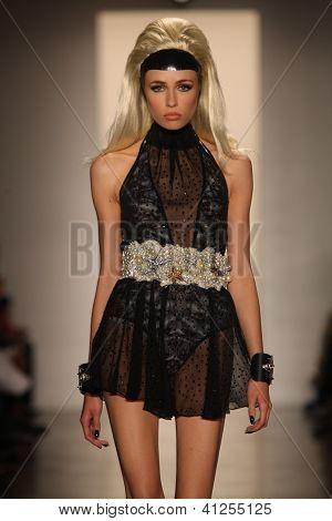 NOVA YORK-11 de setembro: Modelo anda a pista a coleção de loiros para a Primavera / Verão 2013