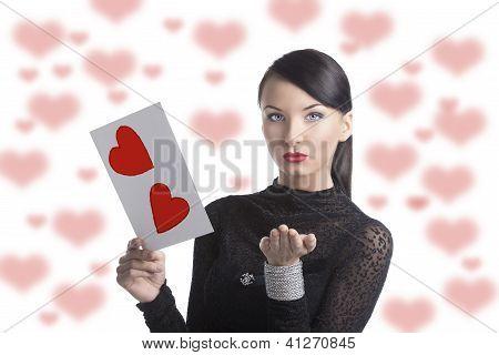 hübsche Brünette mit Valentin Postkarte senden einen Kuss