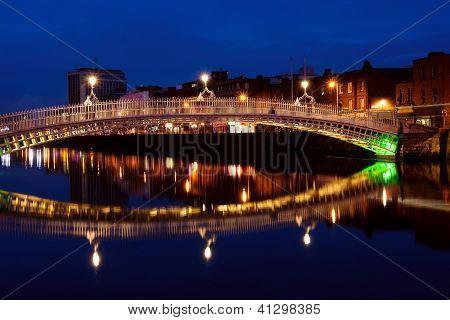 Half Penny Bridge In Dublin in der Nacht. Irland