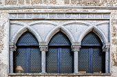Постер, плакат: Романско готический свинцовое стекло окна итальянский архитектура Умбрия