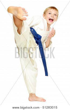 Boy in a kimono beat a kick leg
