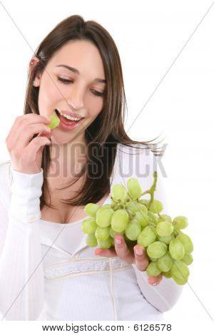 Woman eating Trauben