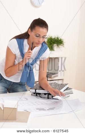 Arquitecto mujer de cabello castaño en la oficina