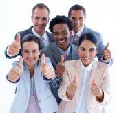 Постер, плакат: Высокий угол многоэтнического бизнес команды с палец вверх