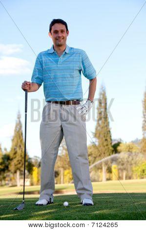 Homem jogando golfe