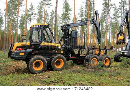 Ponsse Wisent Forwarder In A Work Demo