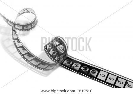 Retorcida película de celuloide (blanco y negro)
