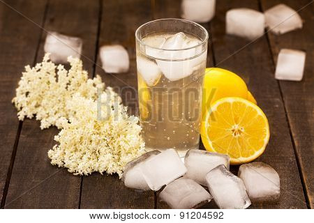 Sambucus refreshment with ice and lemon