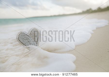 wooden heart in sea waves, live action ... , shallow dof