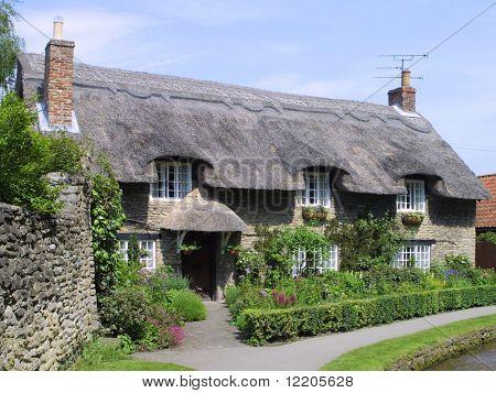 Englisch strohgedeckten Hütte am Thornton Dale, Yorkshire, England, UK.