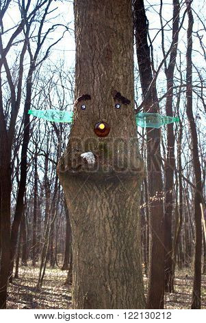 made a human face on the tree from plastic bottles