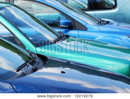 Ver tele de la fila de vehículos estacionados en el aparcamiento