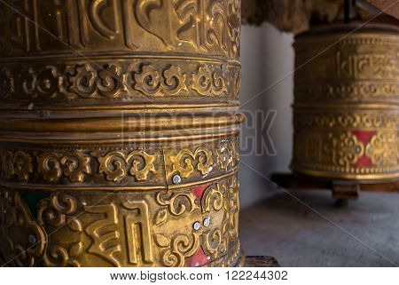 Prayer wheel ibn Leh, Ladakh. Traditionally, the mantra Om Mani Padme Hum is written in Sanskrit on the outside of the wheel.