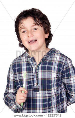 Criança sorrindo sem uma escova de dentes