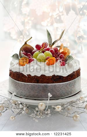 Tradicional pastel de frutas de Navidad con glaseado blanco y frutas azucaradas