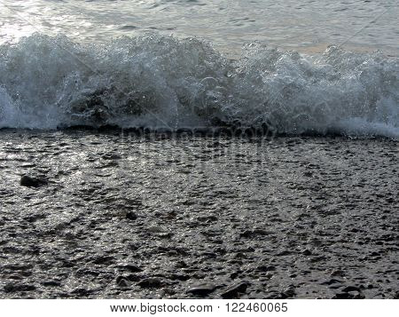 Spiindrift. Splashes of a wave on winter water