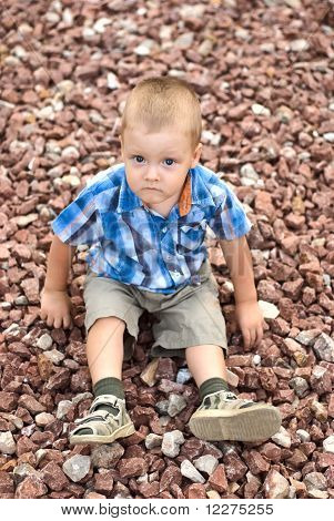 Un muchacho en piedras