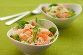 Постер, плакат: Креветочные лапши Салат из шпината моркови и огородный сахарный горох
