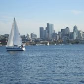 Velero en lake union con horizonte de Seattle