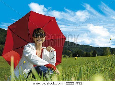 """menina com guarda-chuva vermelho em um Prado. Palavra-chave para esta coleção """"umbrella77"""""""