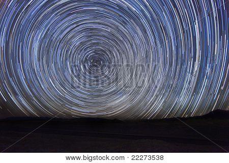 Imagem de lapso de tempo de longa exposição das estrelas da noite