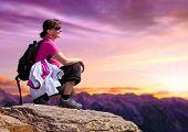 Постер, плакат: женщина на вершине высокой горы