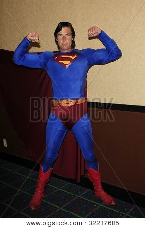 BURBANK, CA - 22 de APR: Christopher Dennis suplanta a Superman en el Hollywood Show celebrado en Burbank