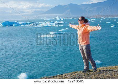 Mulher admirando Lago glaciar