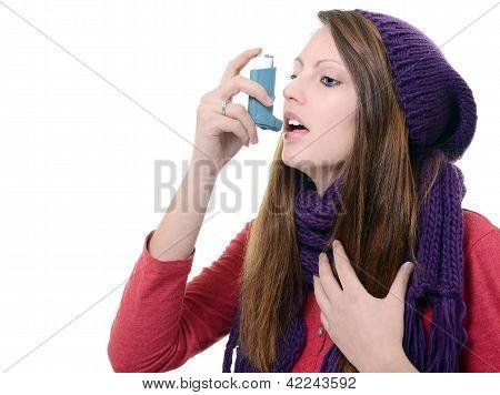 Frau mit Asthma mit einem Asthma-Inhalator