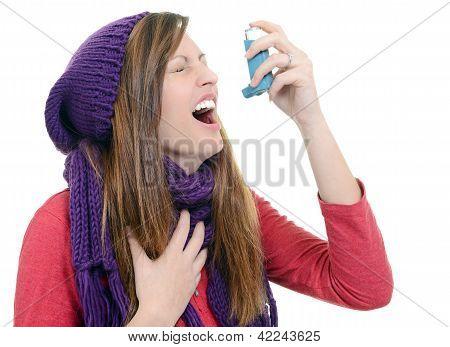 Mulher com asma usando um inalador de asma