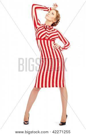 Voller Länge Portrait einer bezaubernden Frau in extravaganten gestreiften Kleid. Isolated over White.