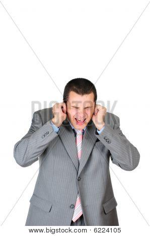 Empresário estressado e atraente é calar suas orelhas isoladas no branco