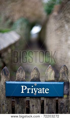Privacy sign on a gate