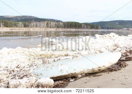 Scrapped large floe on the river Caen. Zelenogorsk